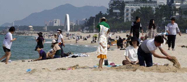 ▲ 26일 강릉의 낮 최고 기온이 34.8도를 기록하는 등 때이른 무더위가 찾아온 가운데 관광객들이 경포해변에서 즐거운 시간을 보내고 있다. 구정민