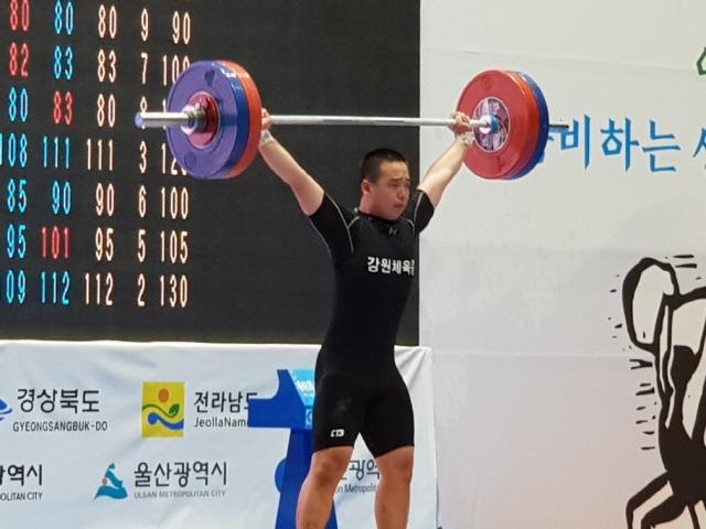 ▲ 김진흥(강원체중)이 26일 진안문예체육관에서 열린 제48회 전국소년체육대회 역도 남자중등부 85㎏급에서 바벨을 들어 올리고 있다.