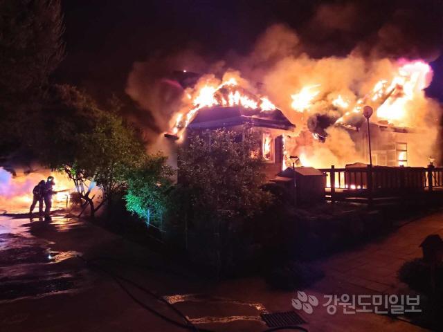 ▲ 28일 오전 1시25분쯤 횡성군 횡성읍 가담리 주택에서 불이나 출동한 소방대원들에 의해 1시간 10여분만에 진화됐다.경찰과 소방당국은 정확한 피해규모와 화재 원인을 조사 중이다. 정태욱 tae92@kado.net
