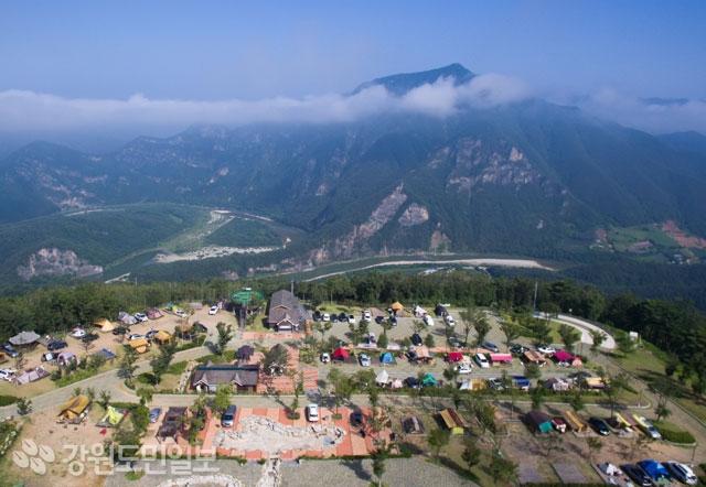 정선 동강전망자연휴양림 오토캠핑장은 구름이 발 아래로 지나가는 해발 630m 고지대에 위치해 한폭의 동양화를 연출하고 청량감도 선사한다.