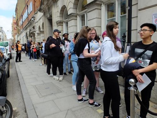 ▲ 30일 오전 런던 시내에 마련된 방탄소년단 팝업스토어에서 팬들이 입장을 기다리고 있다.