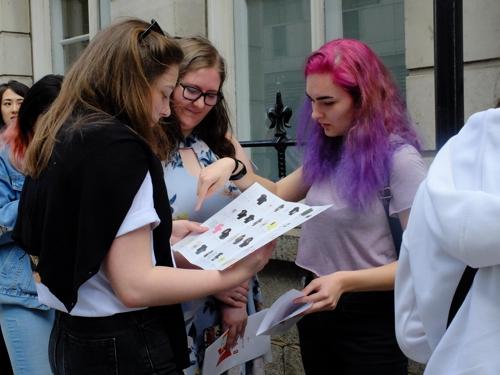 ▲ 30일 오전 런던 시내에 마련된 방탄소년단 팝업스토어에서 팬들이 입장을 기다리며 카탈로그를 보고 있다.