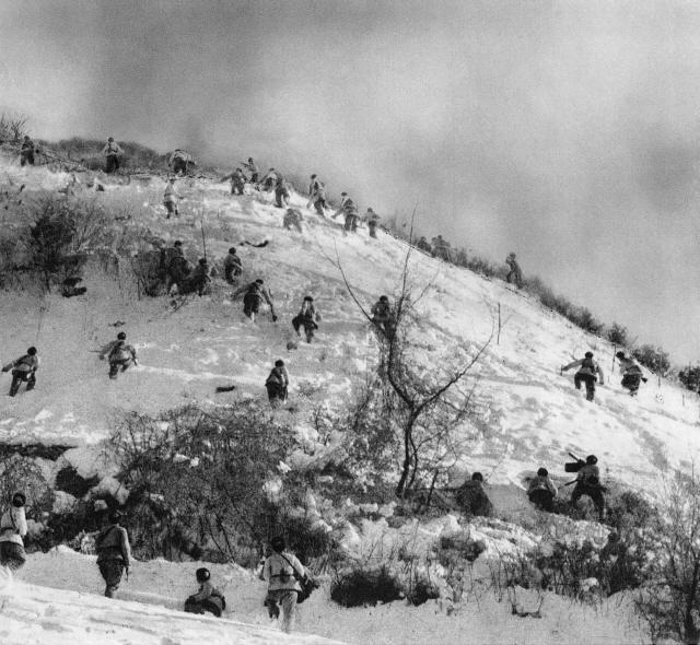 ▲ 중국 지원군이 횡성전투에서 공격하고 있다.(1951.2.)ⓒ NARA