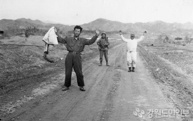 ▲ 두 인민군 전사가 투항하고 있다.(1951.2.24.횡성)ⓒ 중국해방군화보사/눈빛출판사