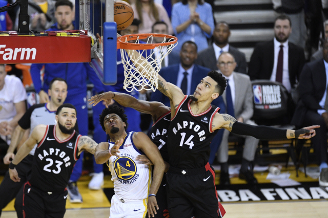 ▲ Toronto Raptors guards Kyle Lowry (7) and Danny Green (14) stop a shot by Golden State Warriors guard Quinn Cook during the second half of Game 3 of basketball's NBA Finals, Wednesday, June 5, 2019, in Oakland, Calif. (Frank Gunn/The Canadian Press via AP)
