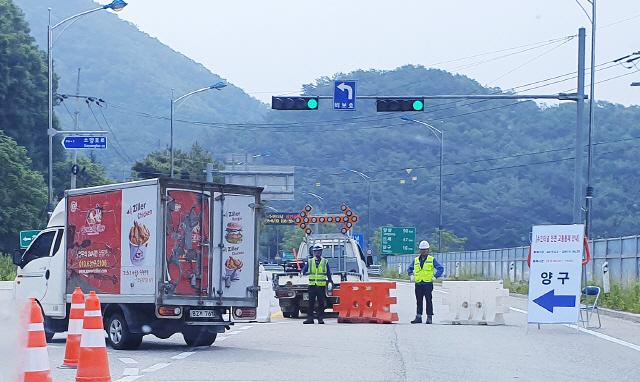 ▲ 전기시설 보수공사로 인해 낮시간 전면 통제된 국도46호선 수인터널의 양쪽 입구에서 공사 관계자들이 차량을 통제하고 있다.