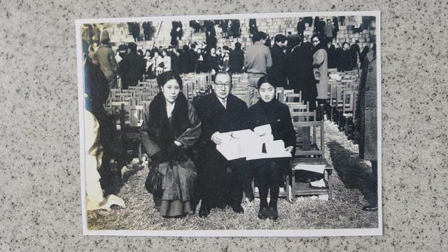 ▲ 고 진승록 전 서울대 법과대학장이 1971년 2월 중학교 졸업식을 맞이한 막내딸 진미경 교수(오른쪽)와 함께 찍은 사진.
