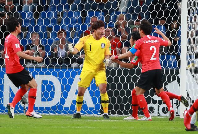▲ 8일 오후(현지시간) 폴란드 비엘스코-비아와 경기장에서 열린 2019 국제축구연맹(FIFA) 20세 이하(U-20) 월드컵 8강 한국과 세네갈전의 경기.  후반 27분 한국 이광연 골키퍼가 세네갈의 패널티킥을 막아낸 뒤 환호하고 있다. 이광연의 이 선방은 비디오 판독(VAR)으로 세네갈 니아네의 킥 직전에 미리 몸을 날리는 장면이 포착돼 재차 패널티킥을 차게 됐고 실점하게 됐다. 2019.6.9