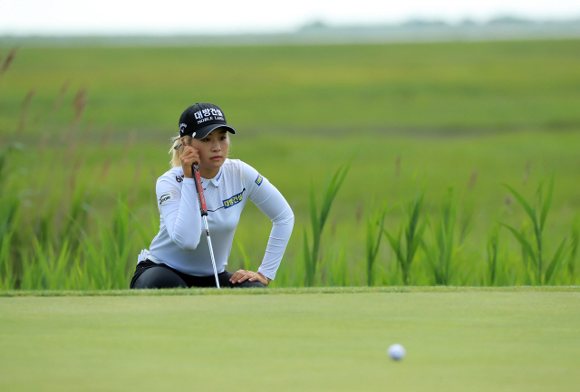 ▲ GALLOWAY, NJ - JUNE 8: Jeongeun Lee6 of the Republic of Korea lines up her putt on the eighth hole during the second round of the ShopRite LPGA Classic presented by Acer on the Bay Course at Seaview on June 8, 2019 in Galloway, New Jersey.   Hunter Martin/Getty Images/AFP