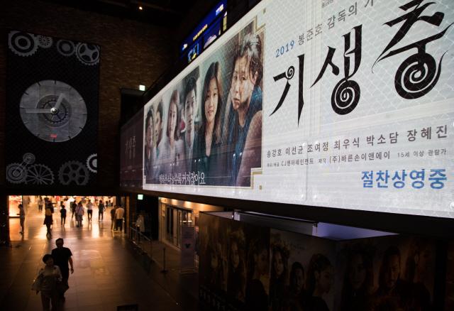 ▲ 5월 31일 영화진흥위원회 영화관입장권 통합전산망에 따르면 '기생충'은 전날 56만8천451명이 관람해 압도적인 1위를 기록했다. 총 1천783개 스크린에서 8천263회 상영된 결과다. 매출액 점유율은 75.7%를 차지했고, 좌석판매율도 38.9%로 가장 높았다.  오전 6시 30분 예매율 70.2%, 예매 관객 53만7천408명을 기록 중이어서 개봉 이틀째 100만명을 돌파할 것으로 보인다. 사진은 이날 서울 시내 한 영화관 모습. 2019.5.31