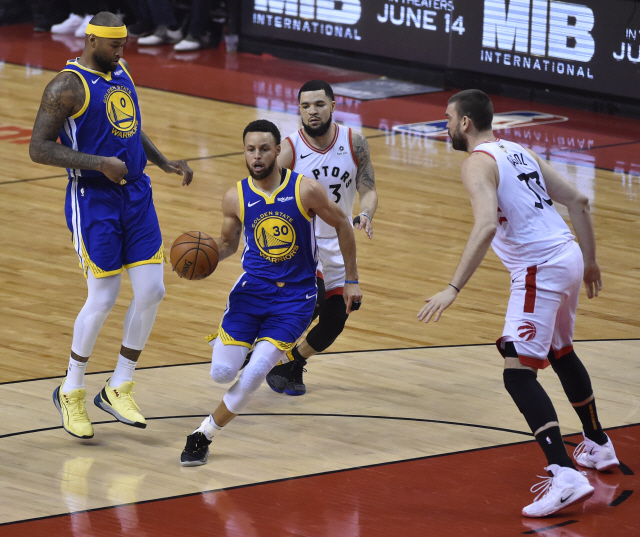▲ epa07640032 Golden State Warriors guard Stephen Curry (C) in action against the Toronto Raptors during the first half of the NBA Finals basketball game five between the Golden State Warriors and the Toronto Raptors at Scotiabank Arena in Toronto, Canada, 10 June 2019.  EPA/WARREN TODA SHUTTERSTOCK OUT