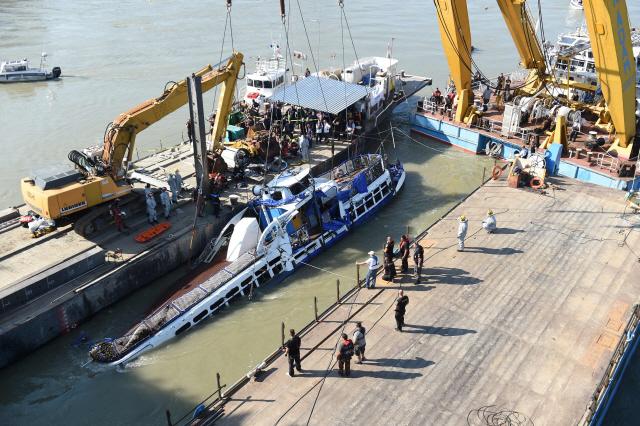 ▲ 헝가리 부다페스트 다뉴브강에서 11일(현지시간) 대형 크레인 클라크 아담이 침몰한 유람선 허블레아니호를 물 위로 인양하고 있다.