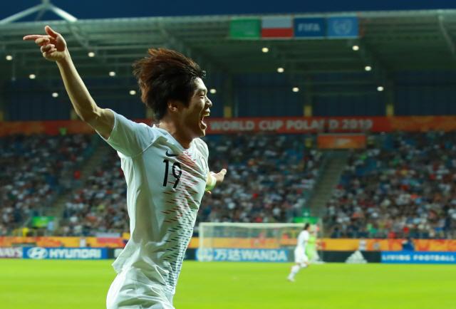 ▲ 11일 오후(현지시간) 폴란드 루블린 경기장에서 열린 2019 국제축구연맹(FIFA) 20세 이하(U-20) 월드컵 4강전 한국과 에콰도르의 경기.      전반 한국 최준이 선제골을 넣은 뒤 팔을 벌려 그라운드를 달리고 있다. 2019.6.12