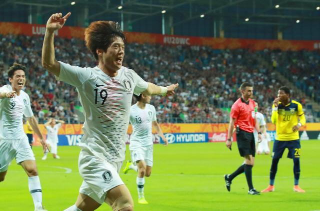 ▲ 11일 오후(현지시간) 폴란드 루블린 경기장에서 열린 2019 국제축구연맹(FIFA) 20세 이하(U-20) 월드컵 4강전 한국과 에콰도르의 경기.      전반 한국 최준이 선제골을 넣은 뒤 세리머니를 펼치며 그라운드를 달리고 있다. 2019.6.12