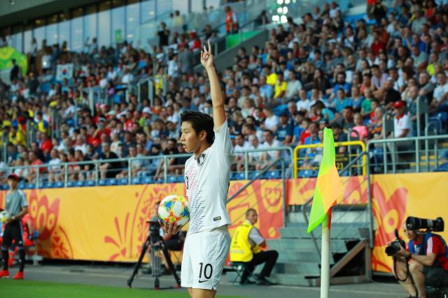 ▲ 11일 오후(현지시간) 폴란드 루블린 경기장에서 열린 2019 국제축구연맹(FIFA) 20세 이하(U-20) 월드컵 4강전 한국과 에콰도르의 경기.      전반 한국 이강인이 코너킥을 준비하고 있다. 2019.6.12