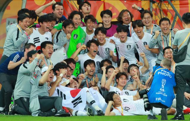 ▲ 11일 오후(현지시간) 폴란드 루블린 경기장에서 열린 2019 국제축구연맹(FIFA) 20세 이하(U-20) 월드컵 4강전 한국과 에콰도르의 경기가 1-0 한국의 승리로 끝난 뒤 U-20 대표팀 정정용 감독, 이강인 등 선수단 전원이 기념사진을 찍고 있다. 2019.6.12