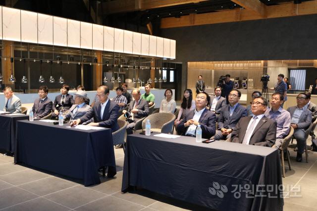 ▲ 진하 양양군수는 12일 양양국제공항 관광단지 조성사업 현장을 방문했다.