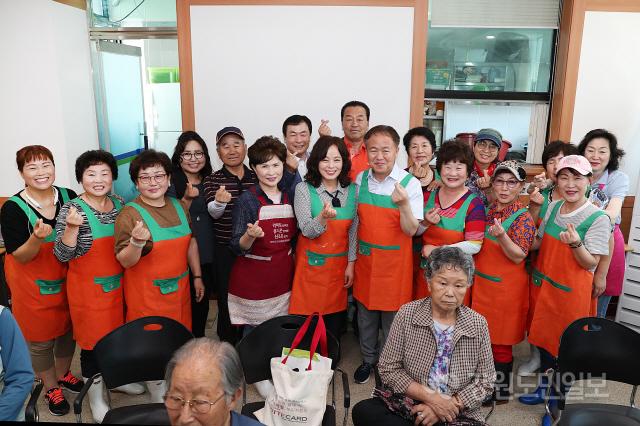 ▲  이재수 시장은 12일 신사우동 행정복지센터를 방문해 어르신 국수 배식 봉사를 했다.