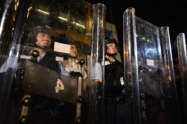 ▲ '범죄인 인도 법안' 심의 대비 홍콩 정부청사 지키는 경찰       (홍콩 AFP=연합뉴스) 지난 주말 대규모 반대 시위를 촉발한 홍콩의 '범죄인 인도 법안' 2차 심의가 시작될 12일 시위진압 경찰이 방패를 들고 홍콩 정부청사  경비에 나섰다.         bulls@yna.co.kr (끝)   <저작권자(c) 연합뉴스, 무단 전재-재배포 금지>