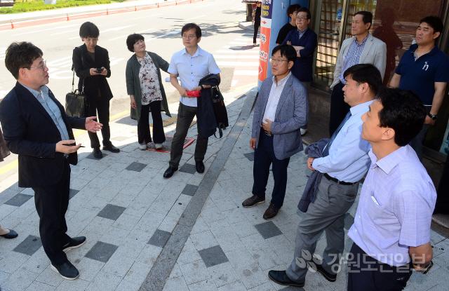▲ 피카디리극장 앞에서 도시재생 방안을 논의하고 있는 참석자들.