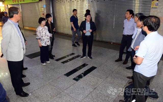 ▲ 조운동 도시재생 뉴딜사업 구간인 지하상가에서 참석자들이 요선동,명동과의 연계 발전 방안에 대해 논의하고 있다.