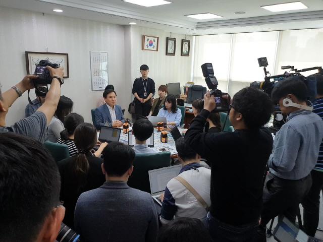 ▲ 자유한국당 김진태(춘천) 의원이 12일 국회 의원회관에서 기자간담회를 하고 있다.