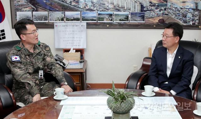 ▲ 조인묵 양구군수는 13일 장현주 21사단장의 예방을 받고 군부대와 관련한 현안을 논의했다.