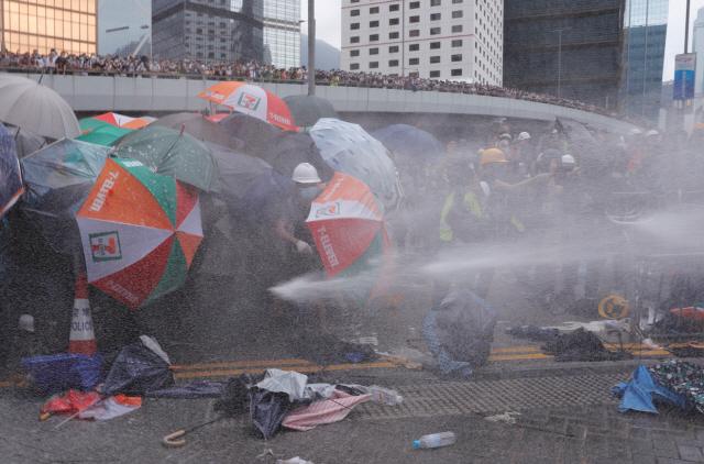 ▲ 경찰 물대포를 맞고 있는 홍콩 시위대      (홍콩 로이터=연합뉴스) '범죄인 인도 법안'에 대한 홍콩 입법회(의회)의 심의가 예정된 12일, 이 법안에 반대하며 시위에 나선 시민들이 경찰이 쏜 물대포를 맞고 있다.     leekm@yna.co.kr  (끝)   <저작권자(c) 연합뉴스, 무단 전재-재배포 금지>