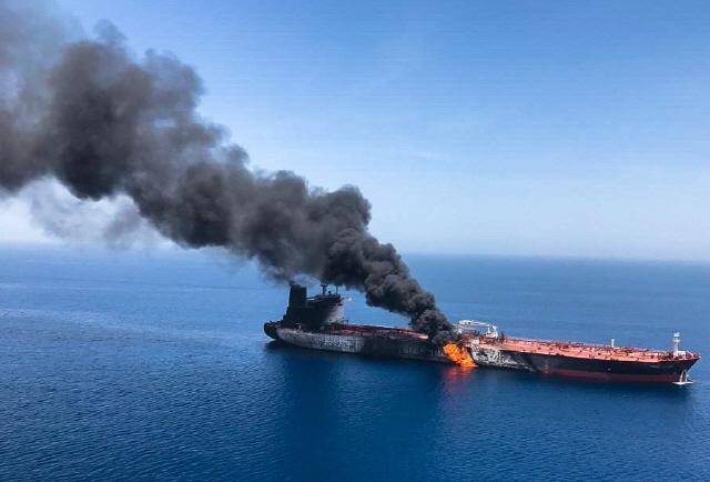 ▲ 13일(현지시간) 오만해에서 공격을 받은 유조선 '프런트 알타이르'가 불에 타며 검은 연기를 내뿜고 있다.