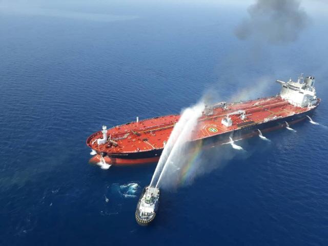 ▲ ) 이란 해군 함정이 13일(현지시간) 오만해에서 공격을 받은 유조선에 접근해 진화 작업을 벌이고 있다.