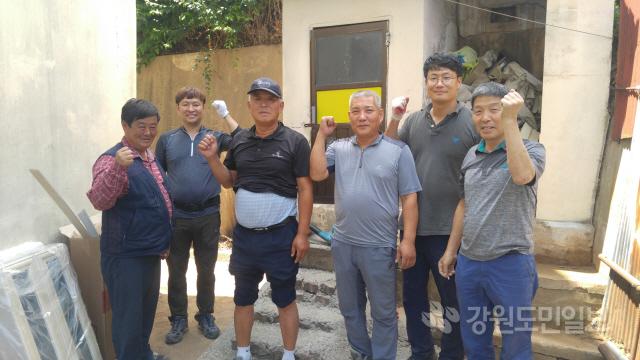 ▲ 홍천나누미봉사단(단장 원동욱)이 14일 홍천군 두촌면에서 기초생활수급자 가구를 방문해 집수리 봉사활동을 펼쳤다.