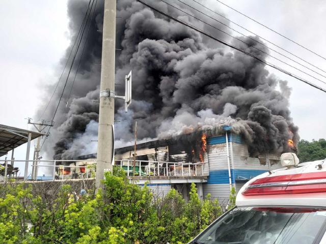 ▲ 14일 오후 2시 9분쯤 원주 호저면 만종리 벽돌공장에서 원인을 알 수 없는 화재가 발생했다.화재로 인명 피해는 없었다.소방당국은 정확한 화재 원인을 조사 중이다.