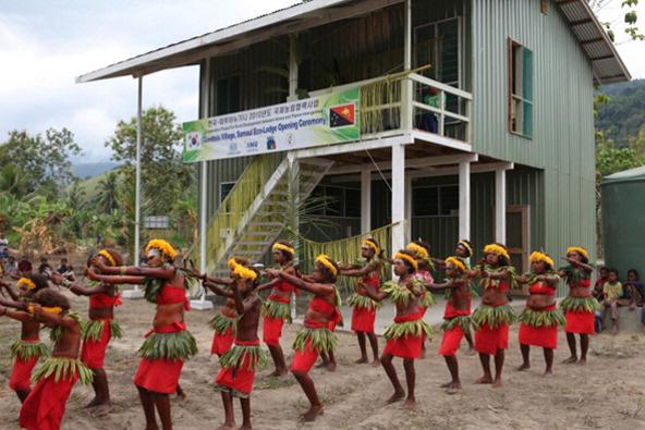 ▲ 가벤시스 새마을 에코로지 준공을 기념하는 마을 주민의 무용.