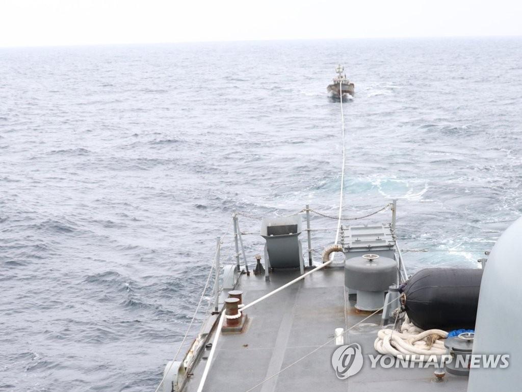 ▲ 합동참모본부는 11일 오후 1시 15분께 해군 함정이 동해 해상에서 기관 고장으로 표류 중이던 북한어선 1척(6명 탑승)을 구조해 북측에 인계했다고 밝혔다. 사진은 해군에 구조된 북한어선의 모습.