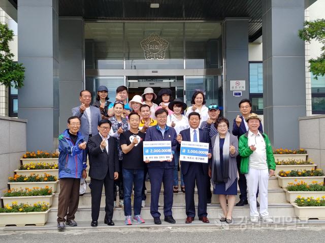 ▲ 한국방송코미디협회와 속초시축구협회는 17일 속초시의회를 방문해 산불 피해 주민을 위한 성금 500만원을 전달했다.