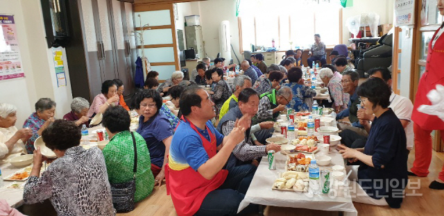 ▲ 한울타리 봉사회(회장 박선례)는 17일 이정숙 왕손만두찐빵 에서 산불피해지역 어르신들을 초대해 점심식사를 제공했다.