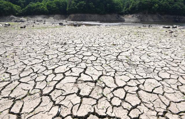 ▲ 지난 주말 내린 비에도 불구하고 가뭄 해갈에는 역부족인 가운데 17일 철원 잠곡댐의 바닥이 드러나 거북이 등껍질처럼 갈라져 있다. 강원기상청은 18일 도 전역에 최대 40mm의 비를 예보했다.   최유진