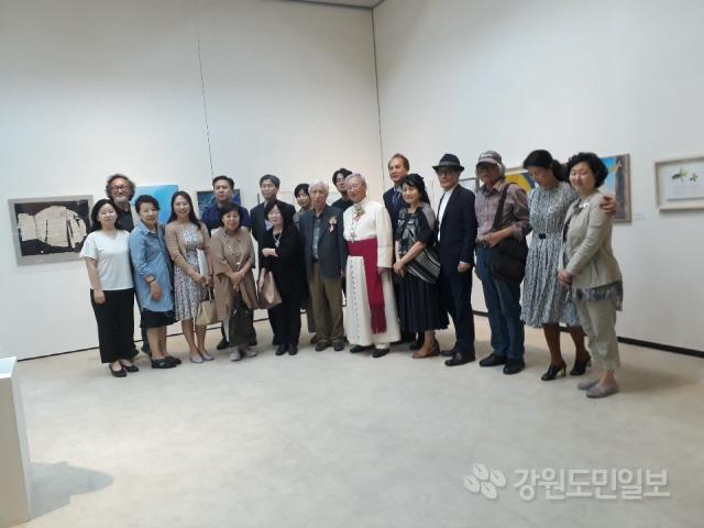 ▲ 한국가톨릭미술가협회는 18일 춘천문화예술회관에서 김운회 천주교 춘천교구장,회원,신도 등이 참석한 가운데 '한국가톨릭미술가협회전' 오프닝 행사를 개최했다.전시는 22일까지 열린다.