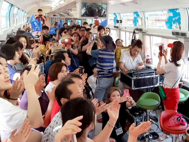 ▲ 지난해 정선아리랑 열차 콘서트에서 가수 박상철이 공연하고 있다.