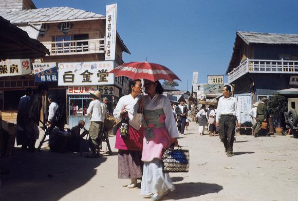 ▲ 춘천 인근 최전방 포병부대에서 측량병으로 복무한 루퍼트 넬슨씨가 찍은 춘천의 시장 풍경(1953년 여름).