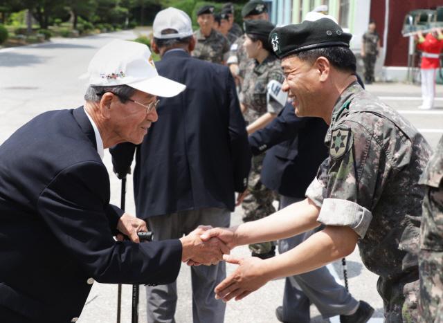 ▲ 육군 12사단은 21일 지역 내 6·25 참전용사와 예비역을 대상으로 부대 초청행사를 열었다.