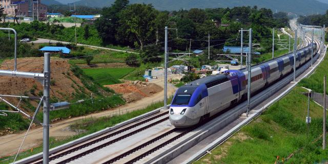 ▲ 서울∼강릉을 잇는 가장 빠른 길인 KTX강릉선을 타고 고속열차가 시원스럽게 달리고 있다.
