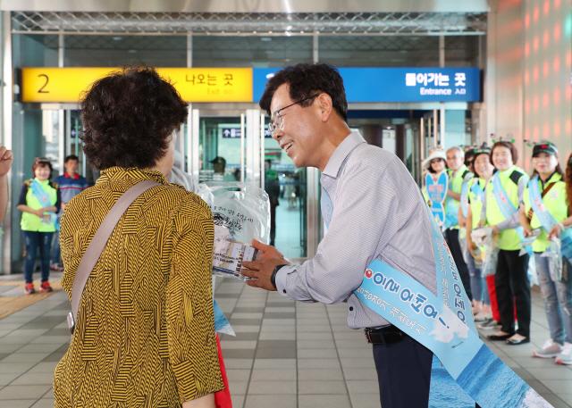 ▲ 김한근 시장을 비롯 강릉 주민들이 서울역에서 관광 홍보활동을 하고 있다.