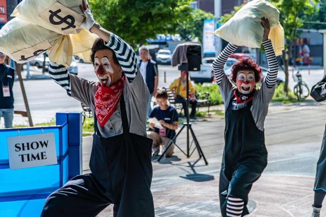 ▲ 2019 춘천연극제 기간 풍물시장에서 열린 해외버스킹 공연에서 일본의 'BAR 543'가 공연을 펼치고 있다.
