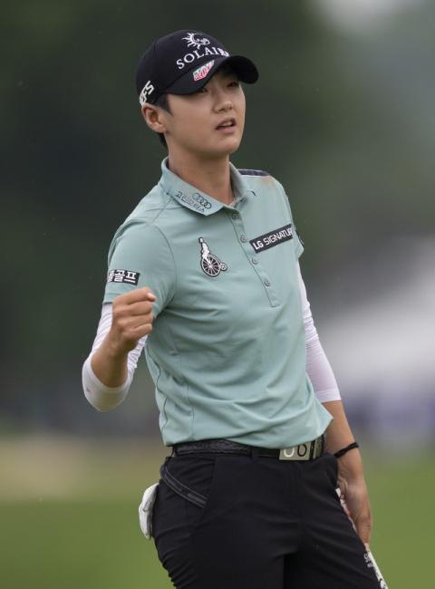 ▲ 박성현이 23일(현지시간) 미국 미네소타주 채스카의 헤이즐틴 내셔널 골프클럽에서 열린 KPMG 여자 PGA 챔피언십 최종 라운드 18번 홀에서 버디 퍼트에 성공한 뒤 주먹을 불끈 쥐고 있다. 이날 버디 5개와 보기 1개로 4타를 줄여 최종합계 8언더파 280타를 기록한 박성현은 해나 그린(호주·9언더파 279타)에게 1타 차로 우승컵을 내줘 2위로 대회를 마쳤다.