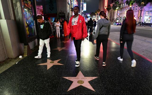 ▲ '팝의 황제' 마이클 잭슨 10주기를 하루 앞둔 24일(현지시간) 미국 로스앤젤레스 '할리우드 명예의 거리'에 있는 잭슨의 스타 명패 주위를 사람들이 오가고 있다.