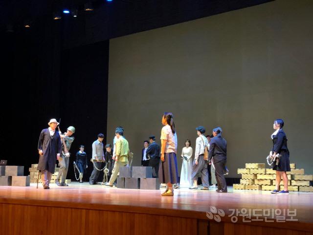 ▲ .사회적협동조합 무하(이사장 장혁우)는 춘천지구 전투를 주제로 한 공연 '그날의 영웅들'을 25일 춘천문화예술회관에서 공연했다.