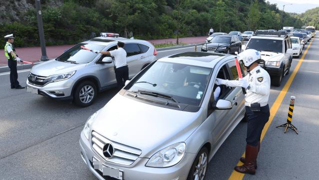 ▲ '윤창호법' 시행 첫날인 25일 춘천시 거두리 도로에서 경찰이 출근길 음주 단속을 하고 있다.   최유진