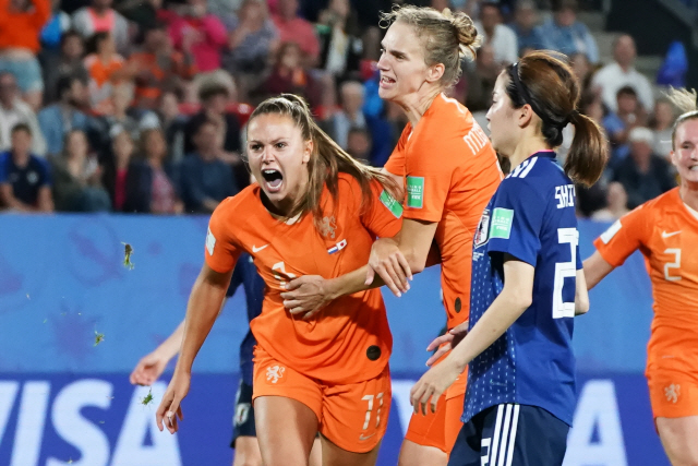 ▲ epa07673537 Lieke Martens (L) of Netherlands celebrates with teammate after scoring a penalty during the round of 16 match between Netherlands and Japan at the FIFA Women's World Cup 2019 in Rennes, France, 25 June 2019.  EPA/EDDY LEMAISTRE