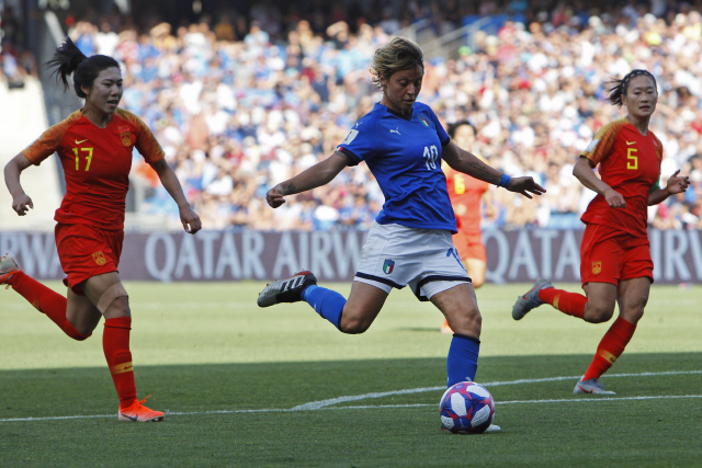 ▲ Italy's Valentina Giacinti, center, shoots the ball next to China's Gu Yasha, left, and Wu Haiyan during the Women's World Cup round of 16 soccer match between Italy and China at Stade de la Mosson in Montpellier, France, Tuesday, June 25, 2019. (AP Photo/Claude Paris)